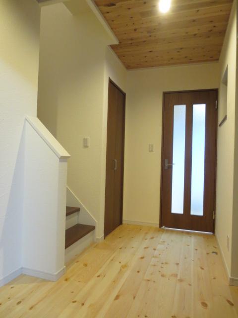 無垢材と塗り壁を取り入れた家